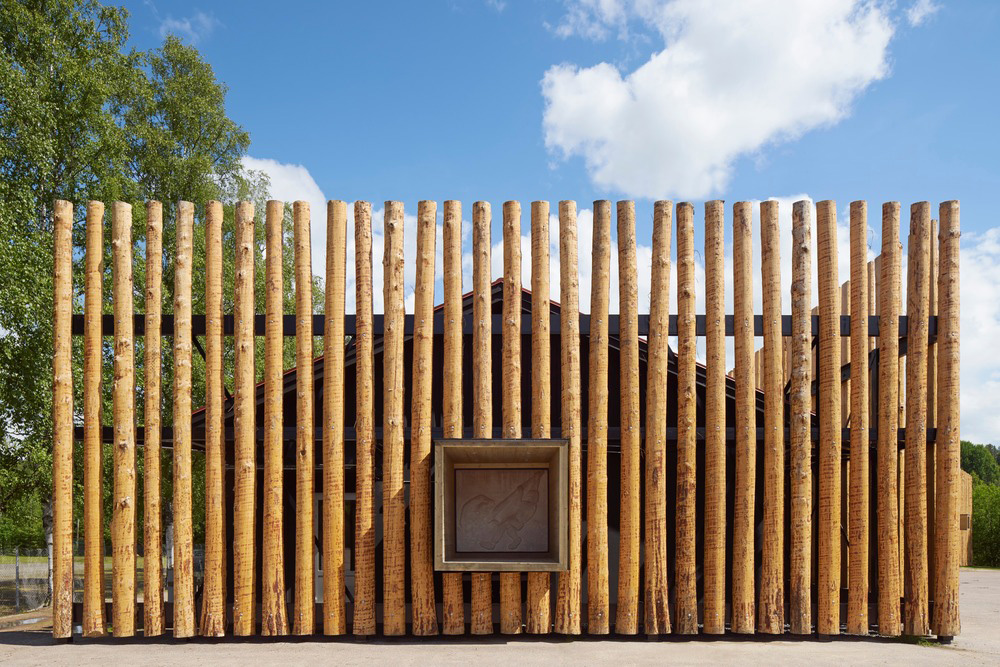The wooden palisade that defines the new facades